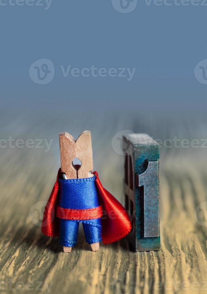 Führungskonzept. Wäscheklammer Superheld Nimber ein. 1 foto