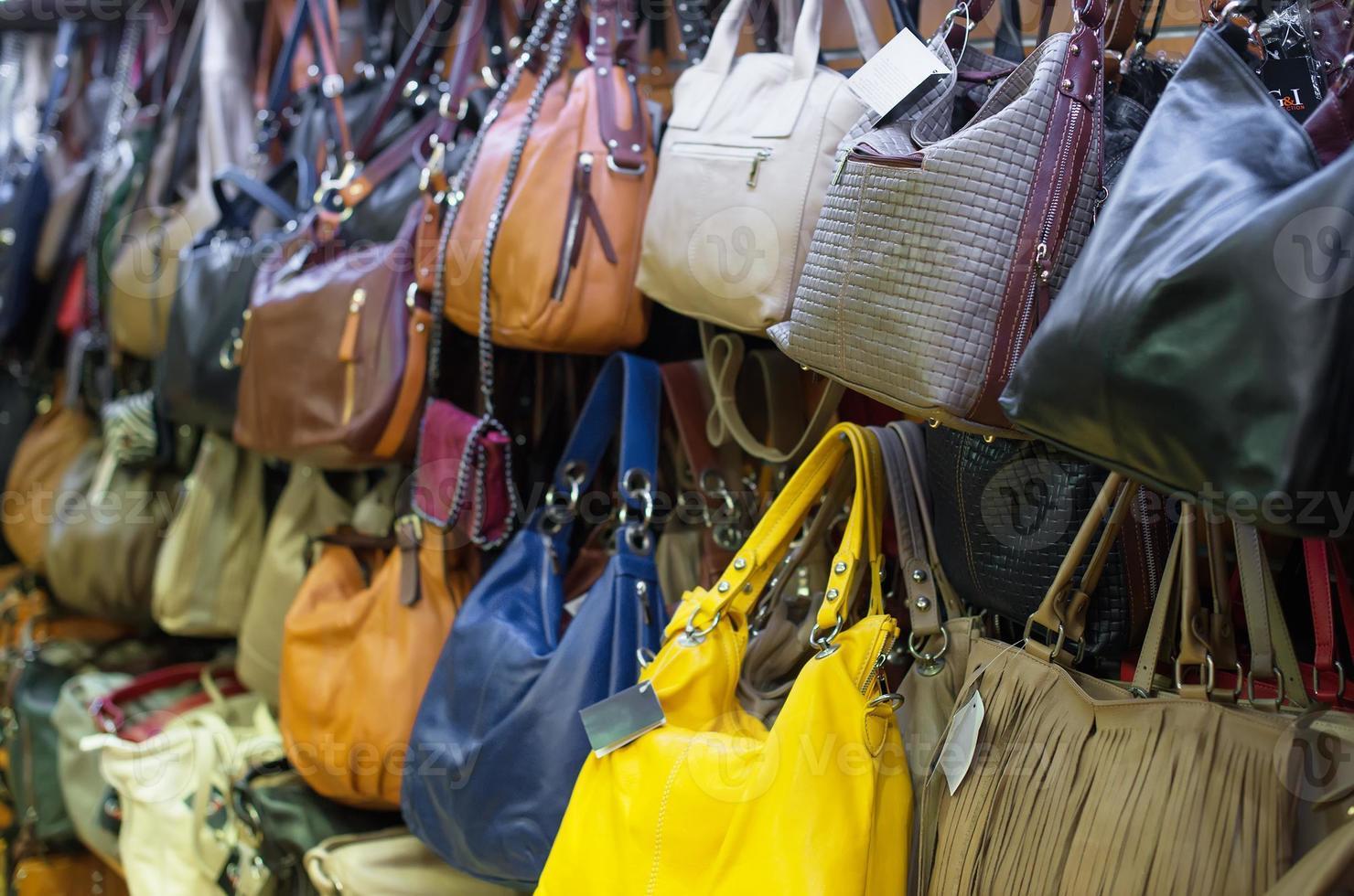Lederhandtaschen Kollektion im Laden. foto