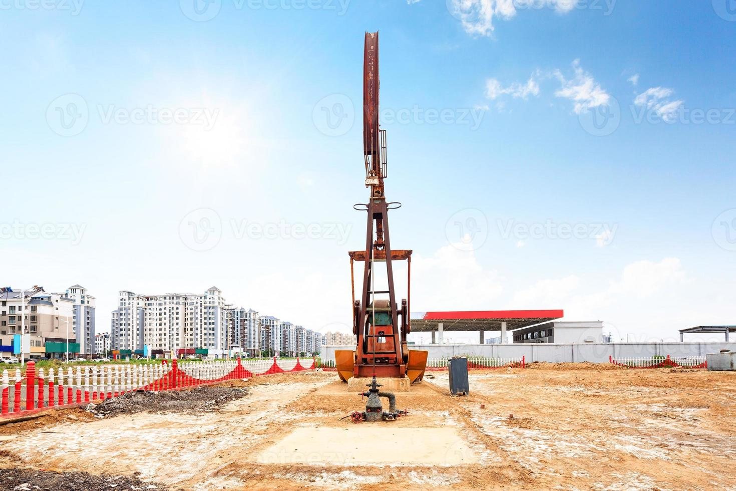 Skyline und funktionierende Ölbohrinsel im Ölfeld foto