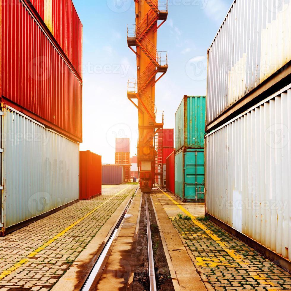 das Containerterminal in der Abenddämmerung foto