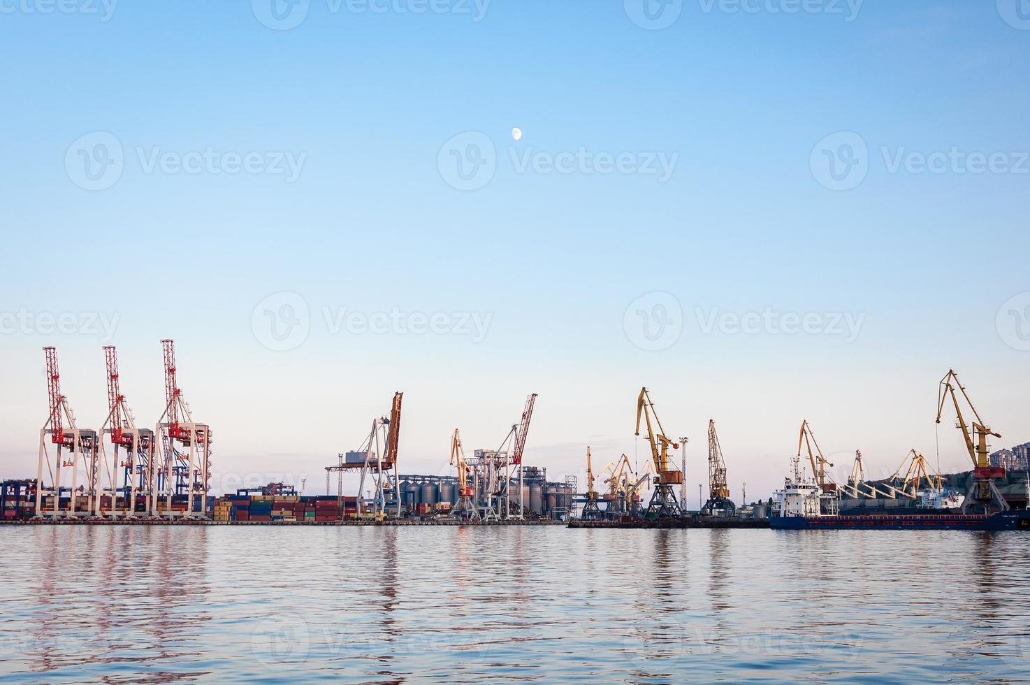 Kräne im Hafen foto