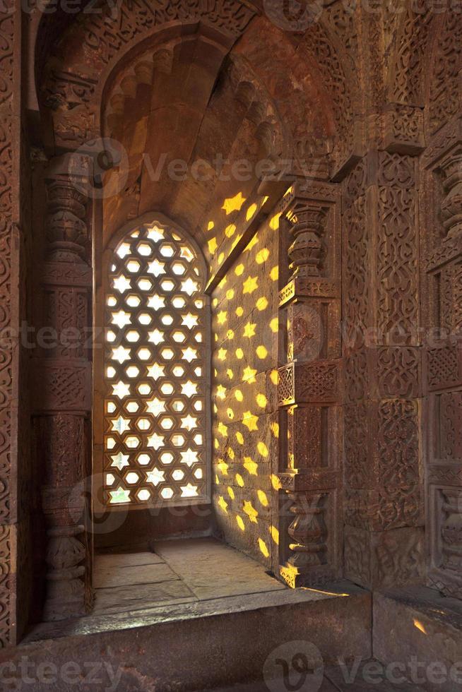 Qutb Minar, Delhi, Schnitzereien im Sandstein eines Fensters foto