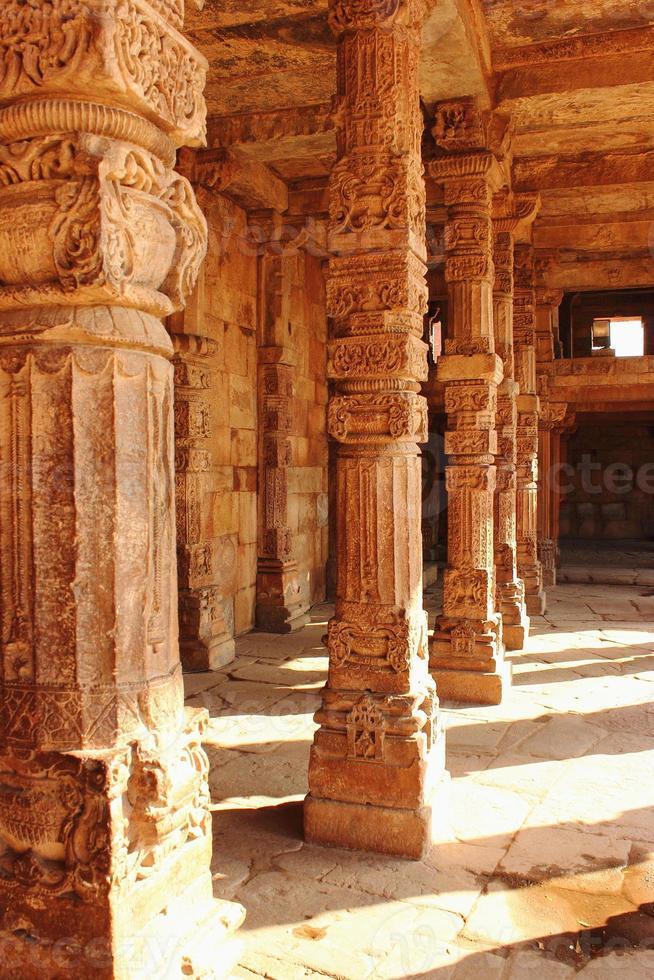 Kolonnade im Quitab Minar Tempel, Indien foto