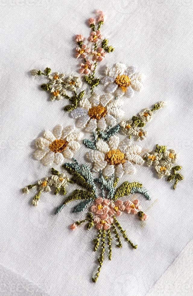 dekorative Stickerei eines Blumenstraußes foto