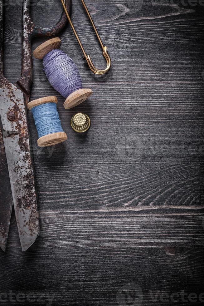 Vintage rostige Scheren Spulen von Faden Fingerhut Sicherheitsnadel foto