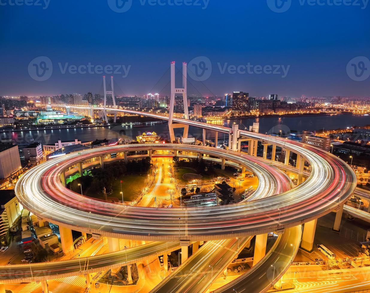 Shanghai Nanpu Brücke in der Nacht foto