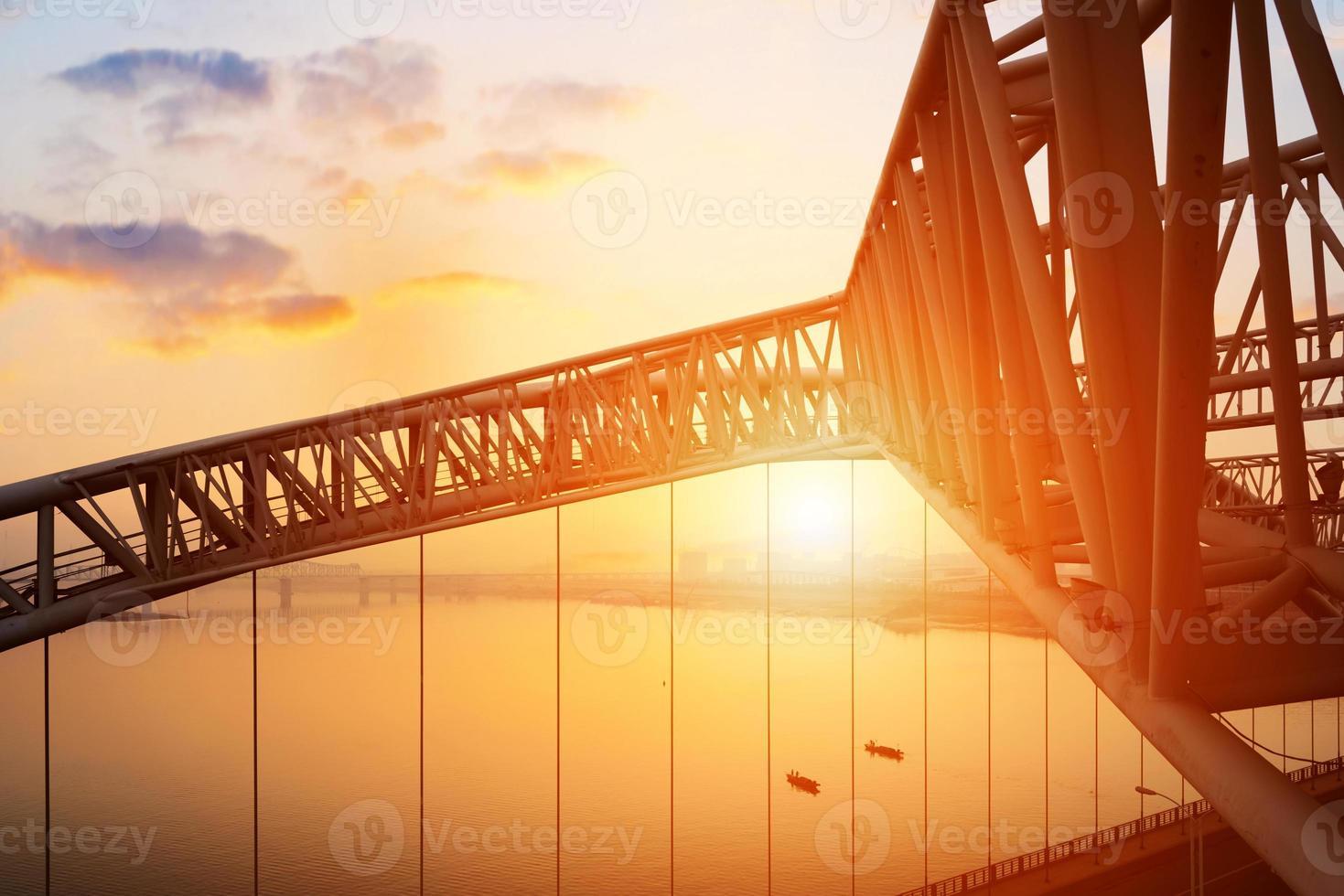 Brücke mit blauem Himmel Hintergrund einer Stadt foto