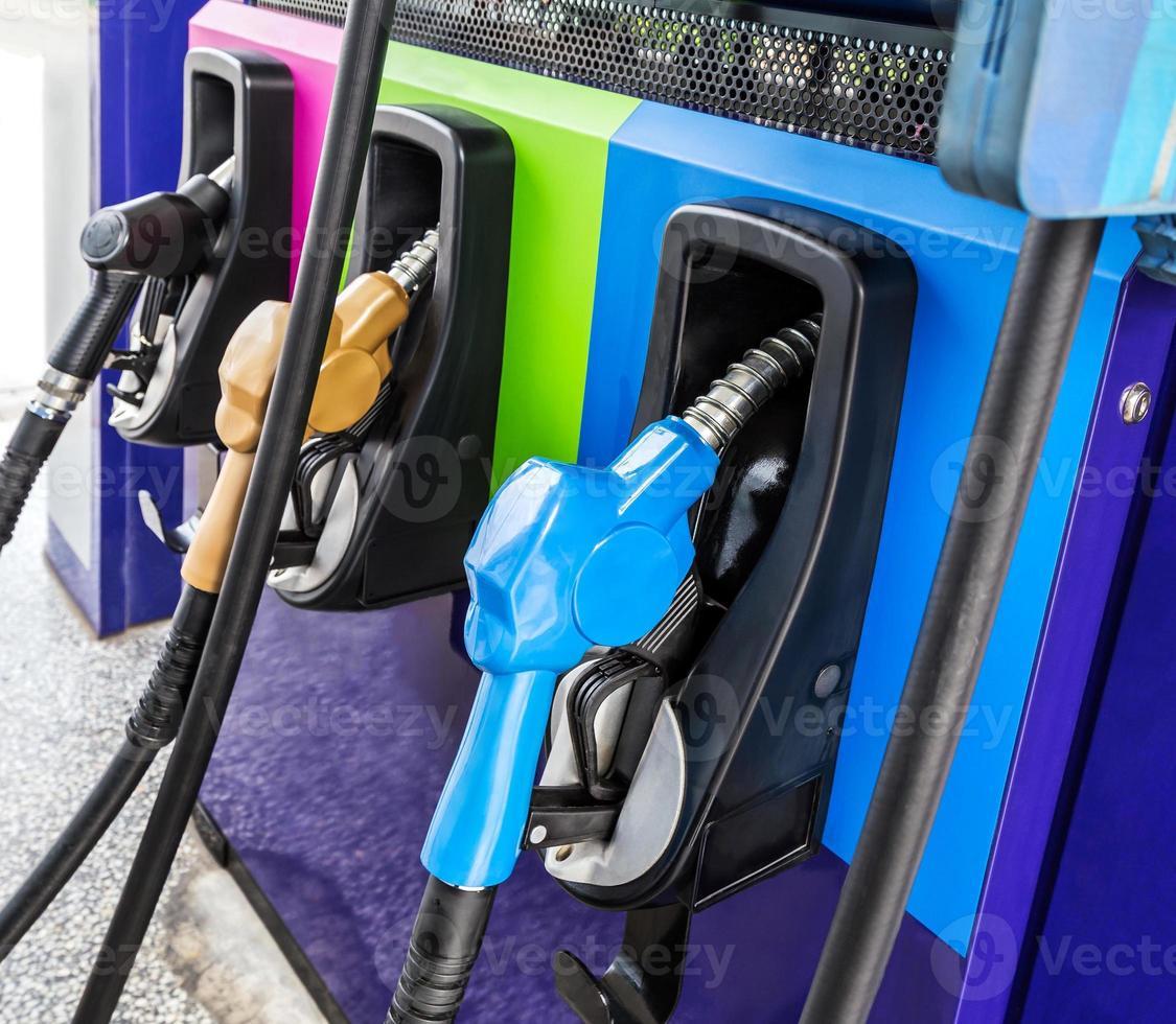 Kraftstoffdüse an der Tankstelle. foto
