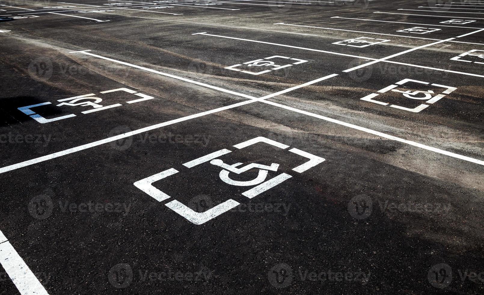 Parkplätze mit Behinderten- oder Behindertenschildern foto