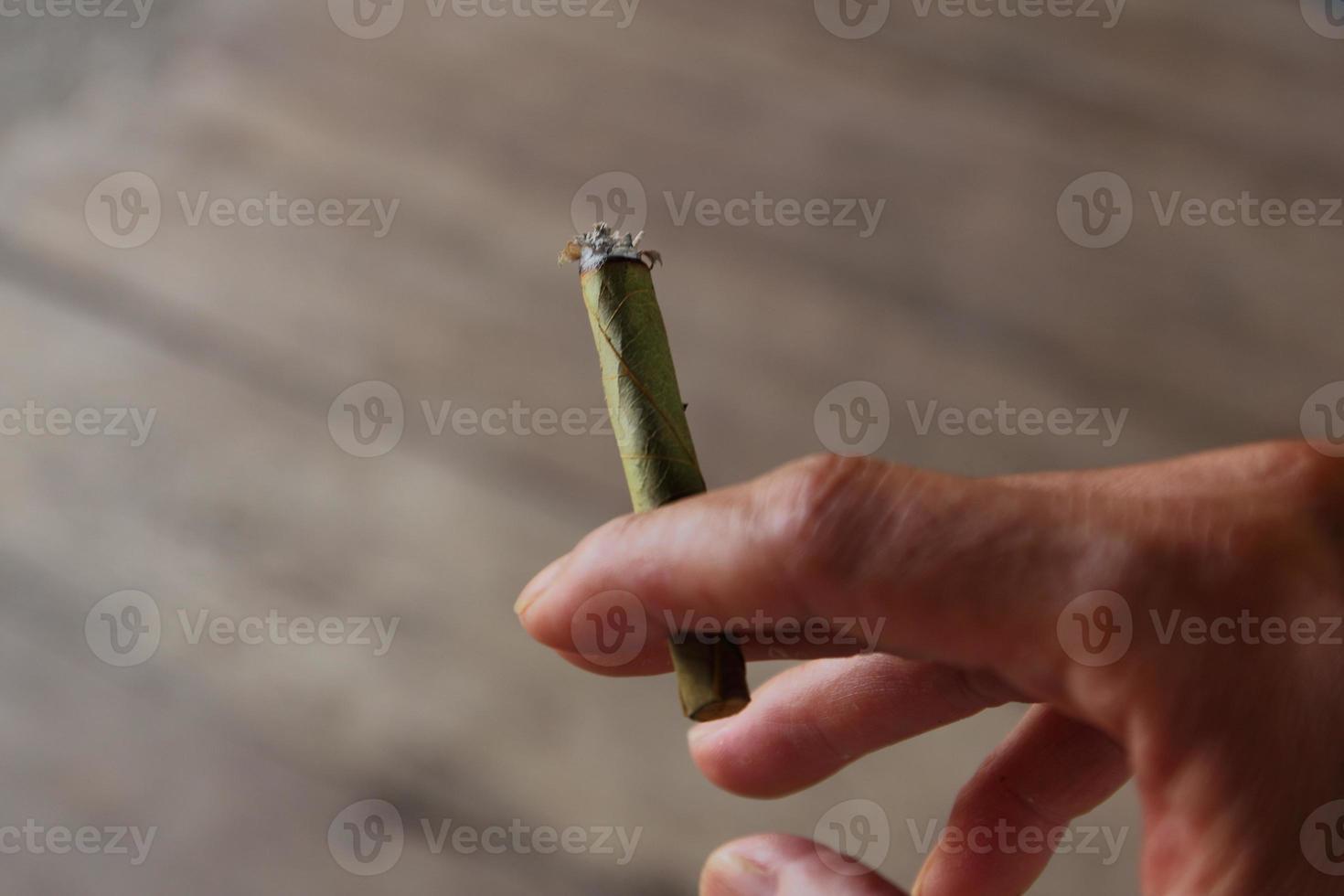 Zigarette in der Hand foto