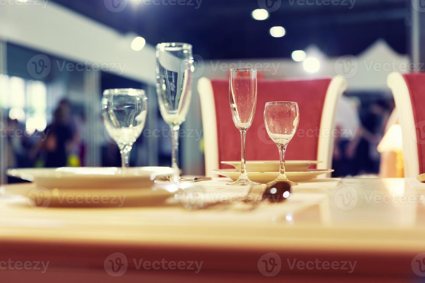 serviert Modetisch mit Gläsern foto