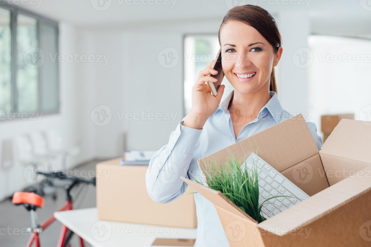 schöne Frau am Telefon mit einer offenen Box foto
