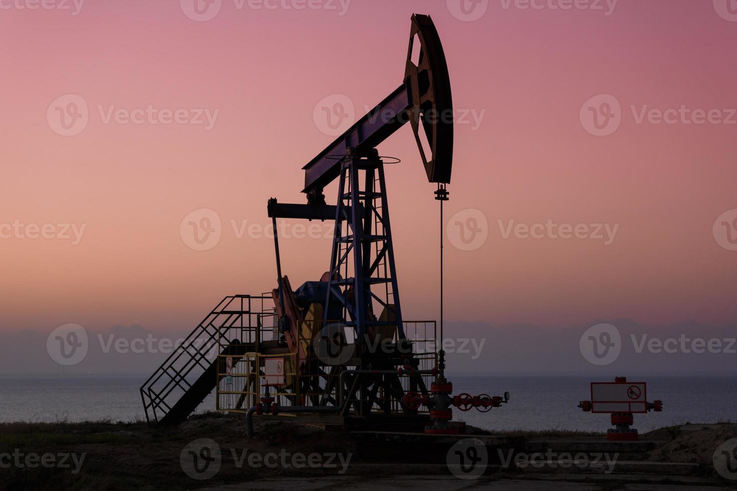 Ölbohrtürme bei Sonnenuntergang foto