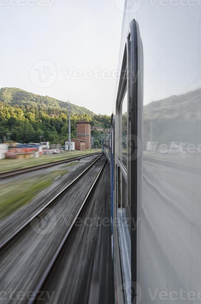 Zug verlässt den Bahnhof foto