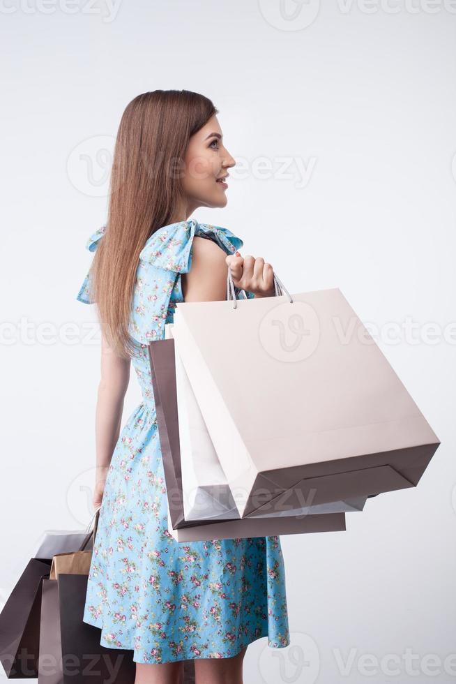 attraktives junges Mädchen kauft alles mit Leidenschaft foto