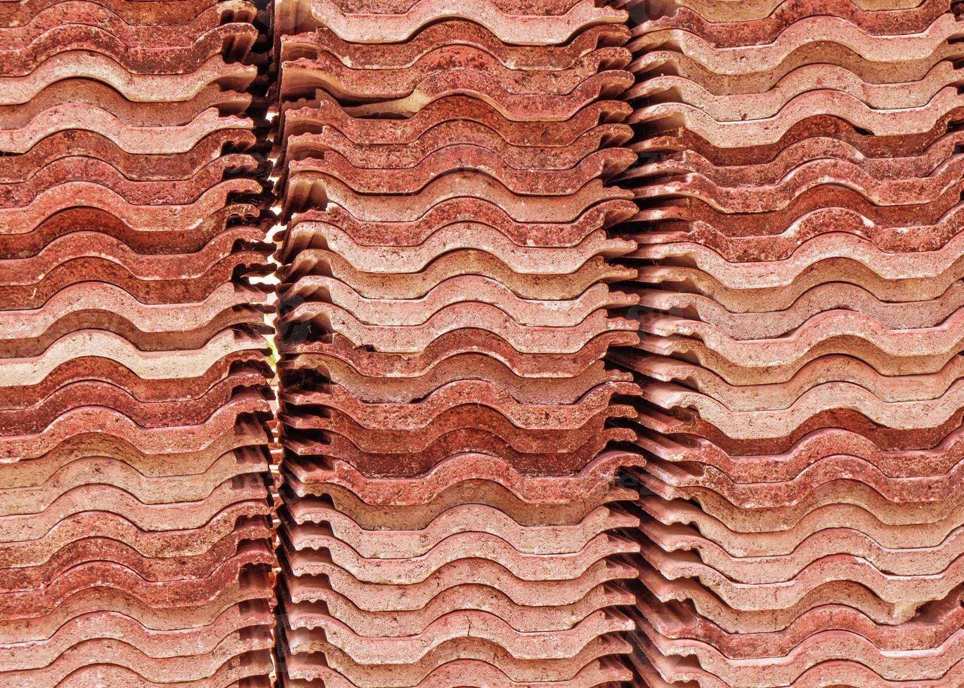 Stapel roter Dachziegel foto