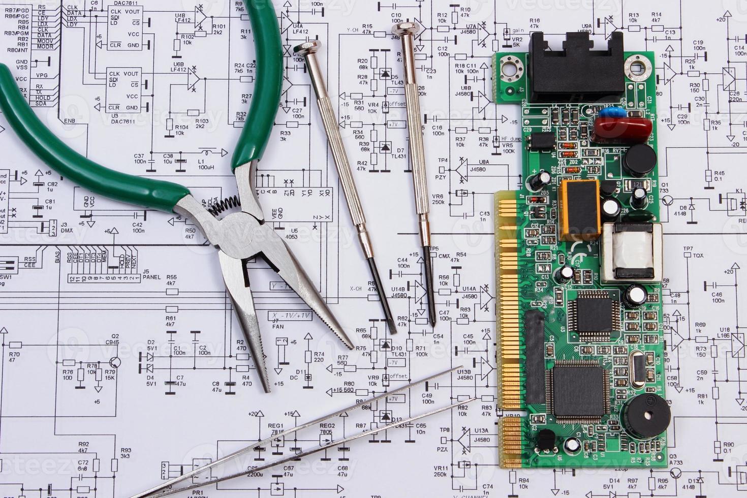 Leiterplatte und Präzisionswerkzeuge auf Diagramm der Elektronik foto