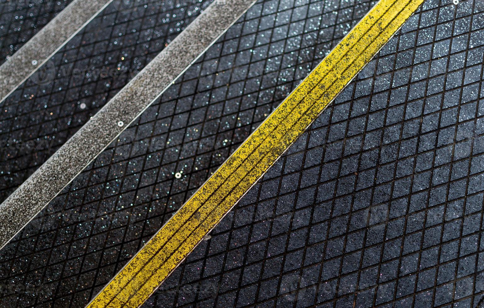 Fußgängerasphalttreppe mit rutschfester Beschichtung foto