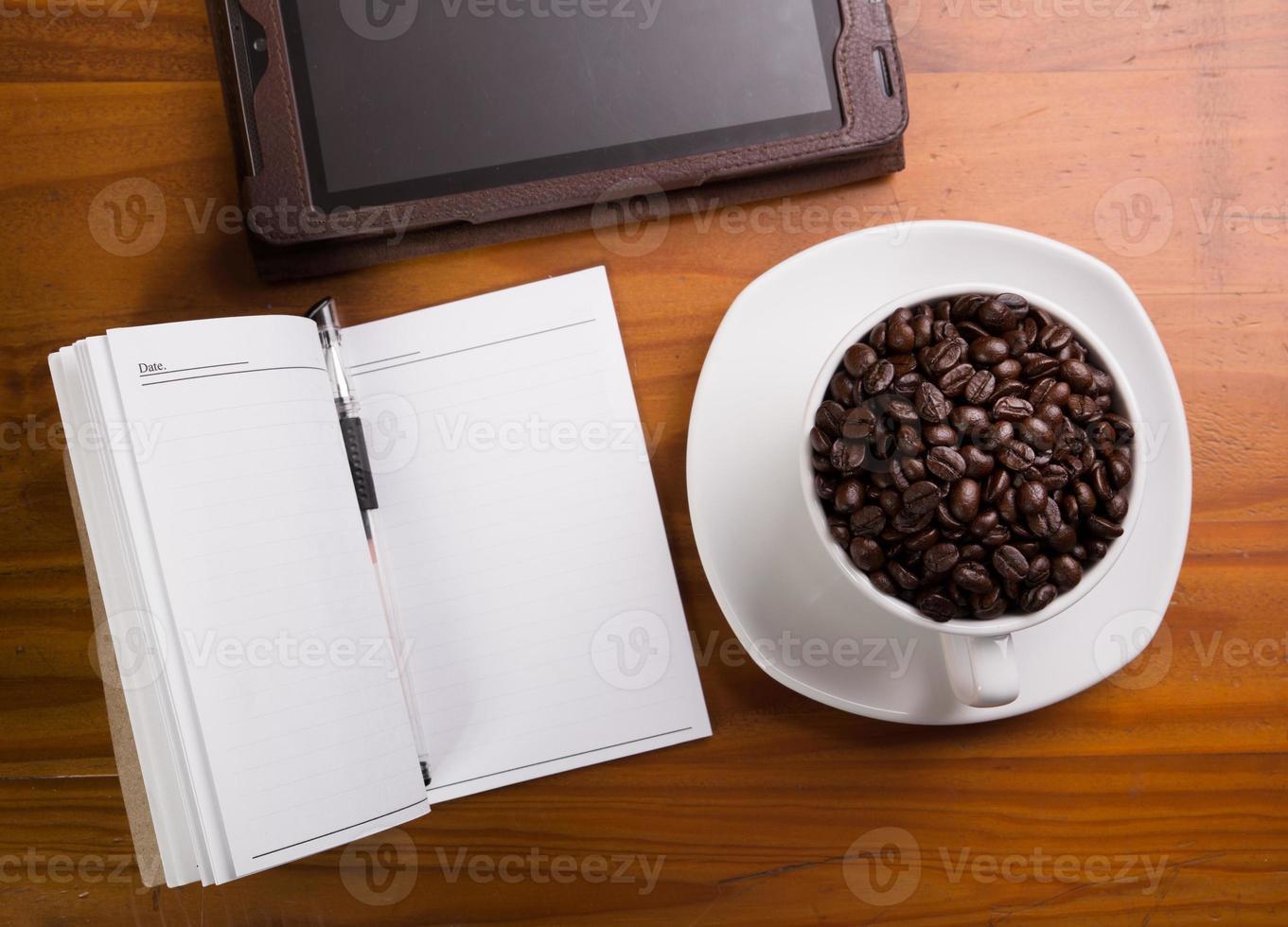 digitaler Tablet-PC auf dem Schreibtisch mit leerem weißen Bildschirm foto