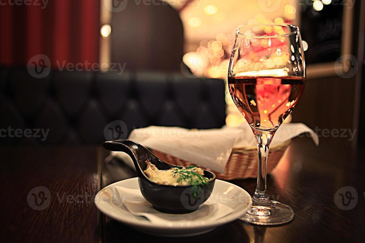 Glas Wein Restaurant Interieur serviert Abendessen foto