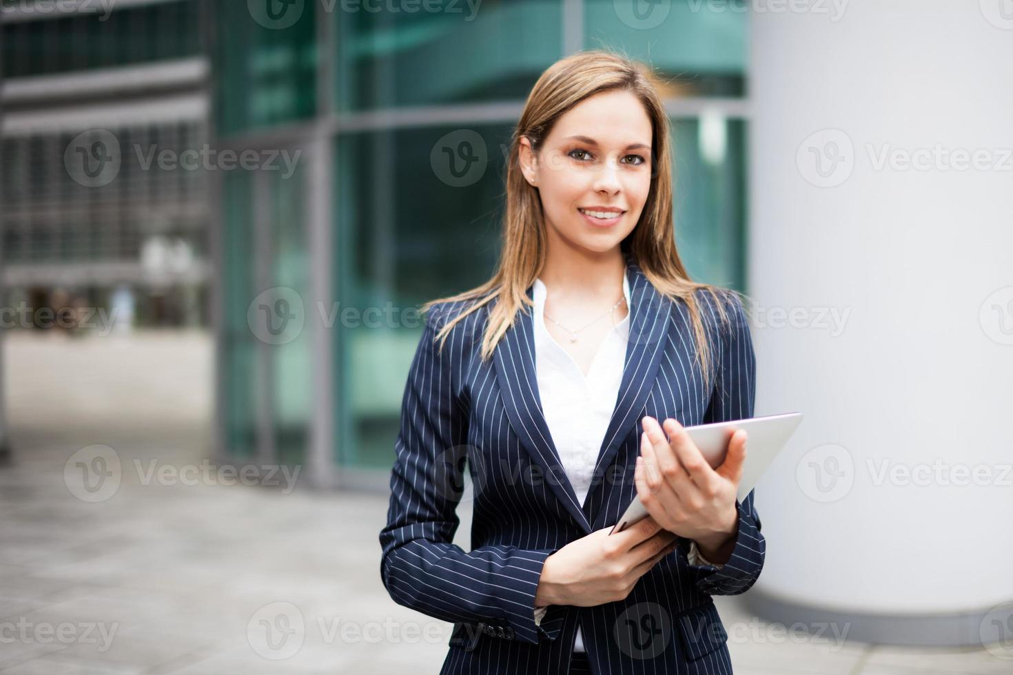 Geschäftsfrau mit einem digitalen Tablet foto