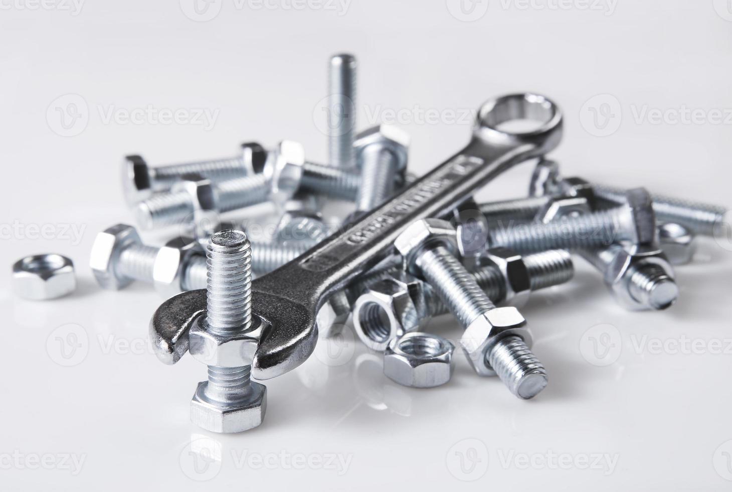 Schraubenschlüssel und Muttern foto