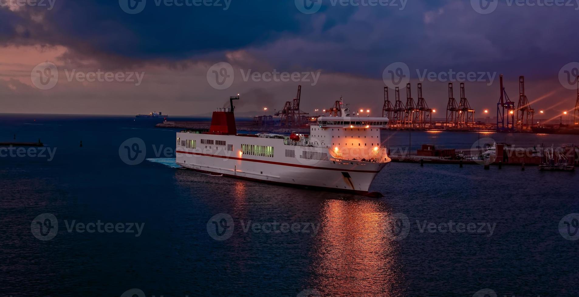 Ankunft der Fähre im Hafen foto