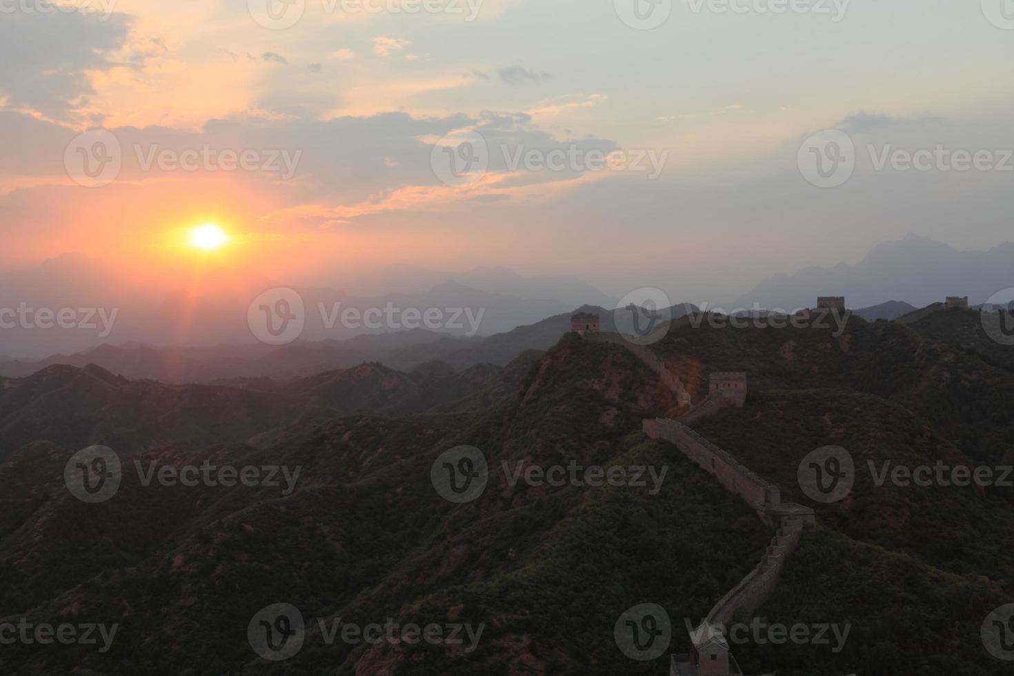 sonnenaufgang an der anspruchsvollen mauer bei jinshanling foto