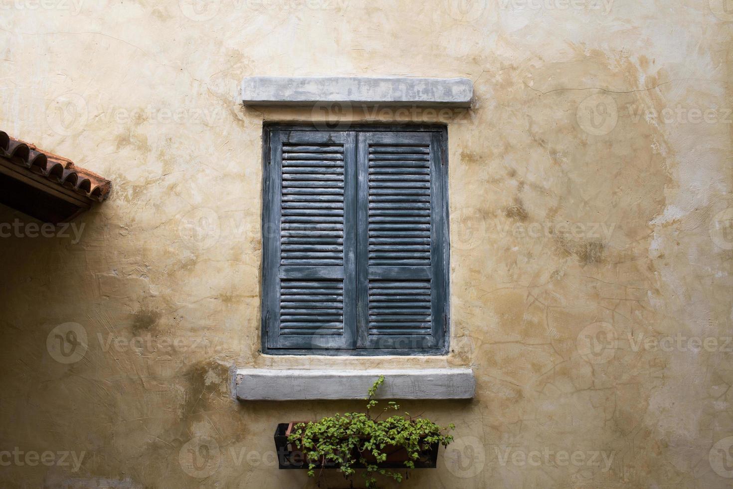 Fenster auf dem Hintergrund der Wand des Hauses foto
