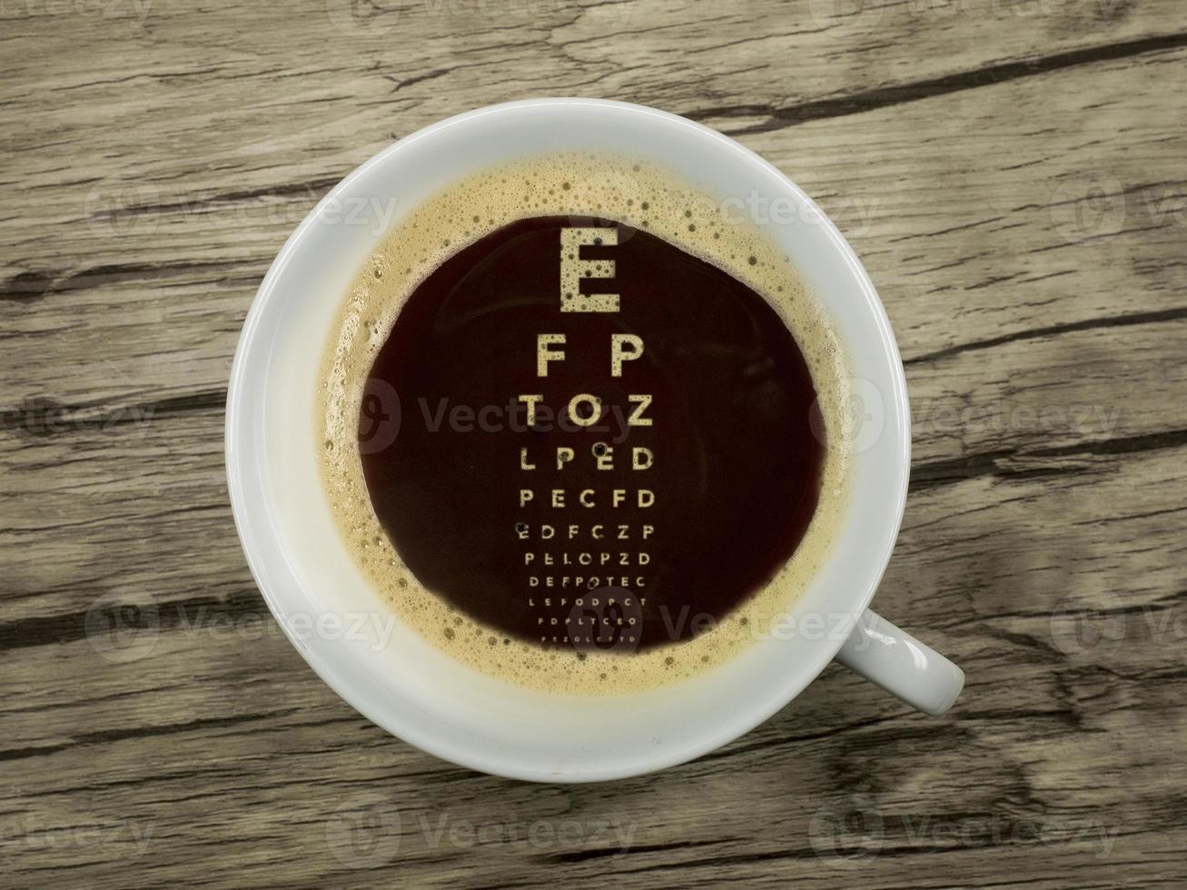 Der Augenarzt bietet Kaffee im Wartezimmer an foto