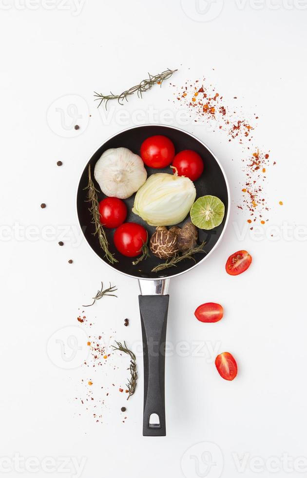 Gewürze, Gemüse für die Gesundheit auf weißem Hintergrund. foto