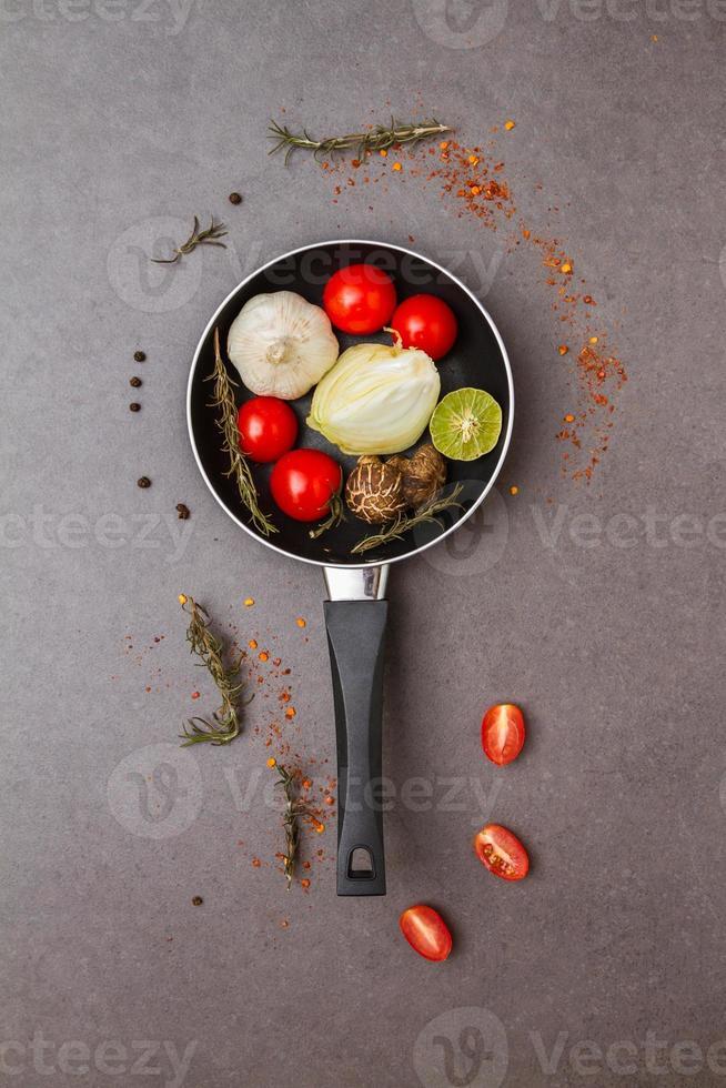 Essen für die Gesundheit und mit Kräutern im Hintergrund gekocht. foto