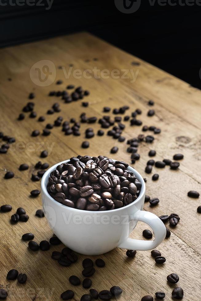Tasse voller Kaffeebohnen foto