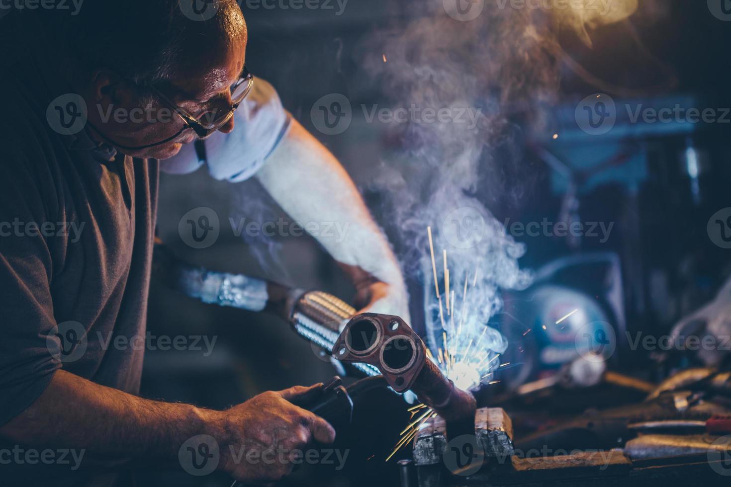 handwerker schweißstahl.retro filter, korn hinzugefügt. foto