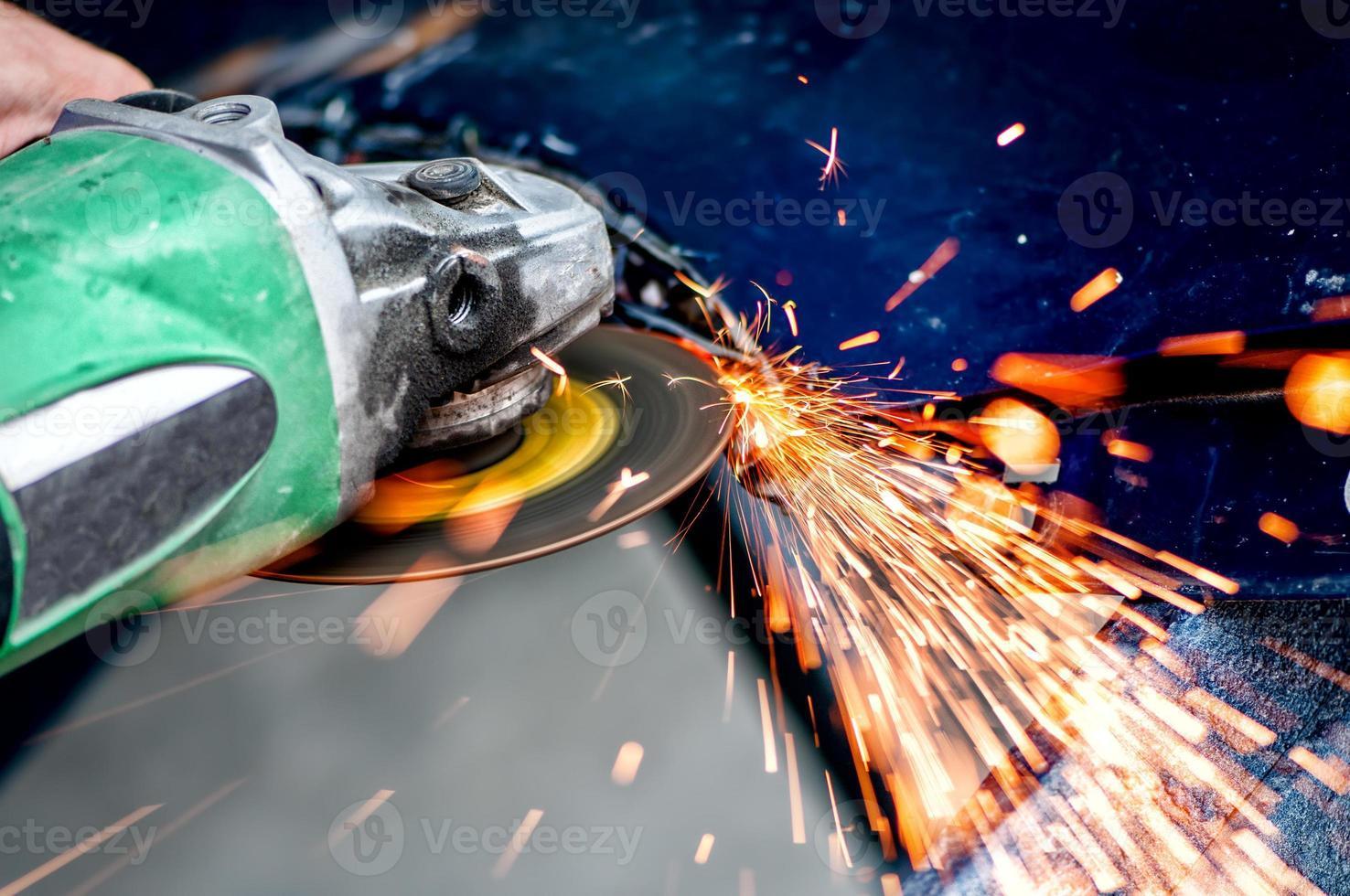 Schwerindustrie Arbeiter schneiden Stahl mit Winkelschleifer foto