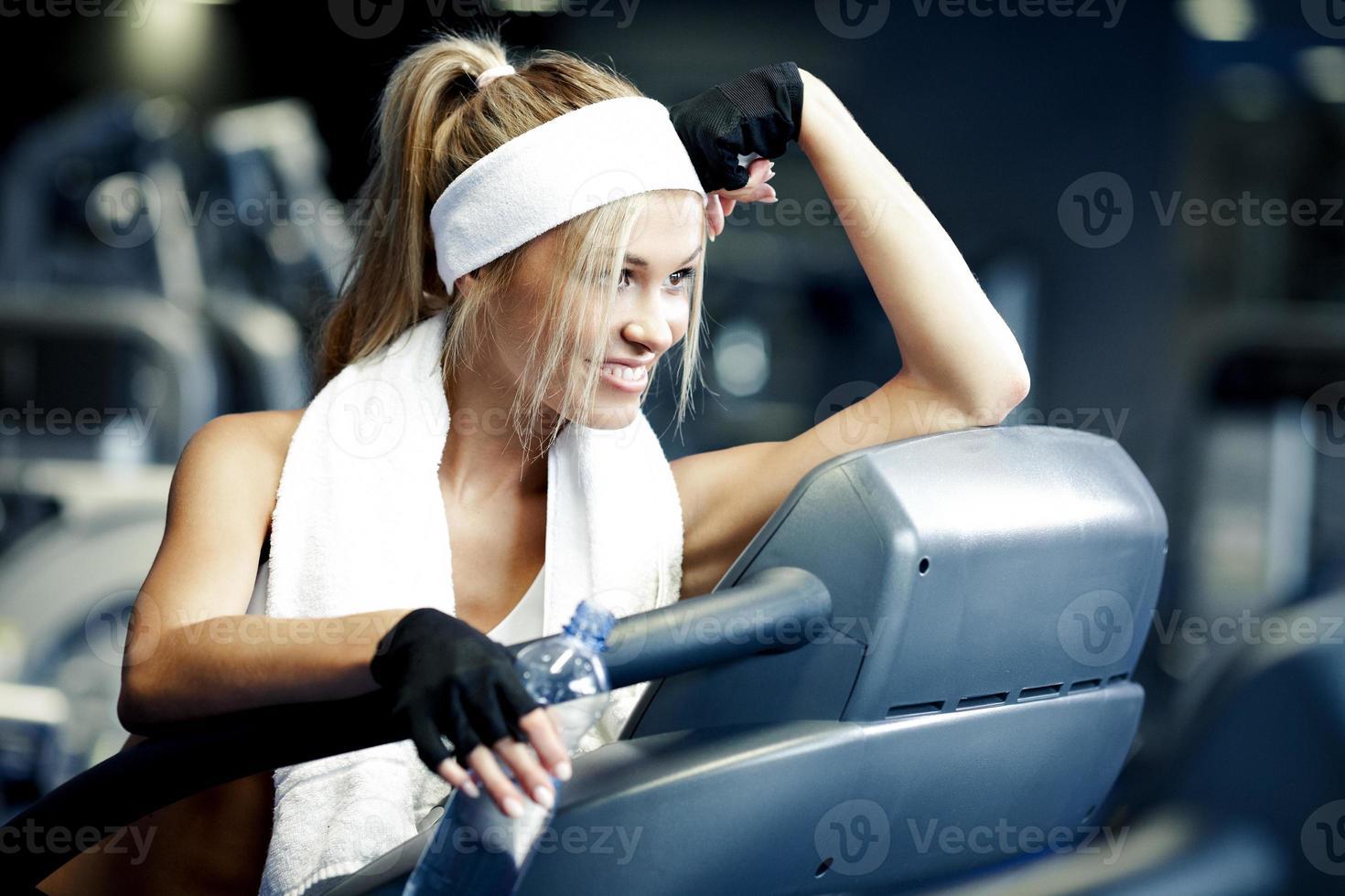 Fitness auf einem Laufband foto