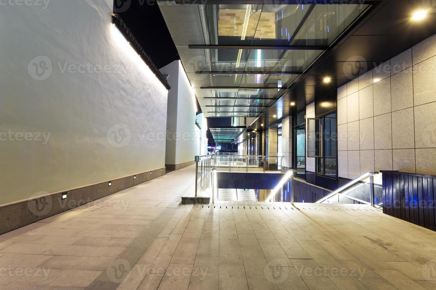 Straße zwischen modernen Retro-Wiederbelebungsgebäuden foto