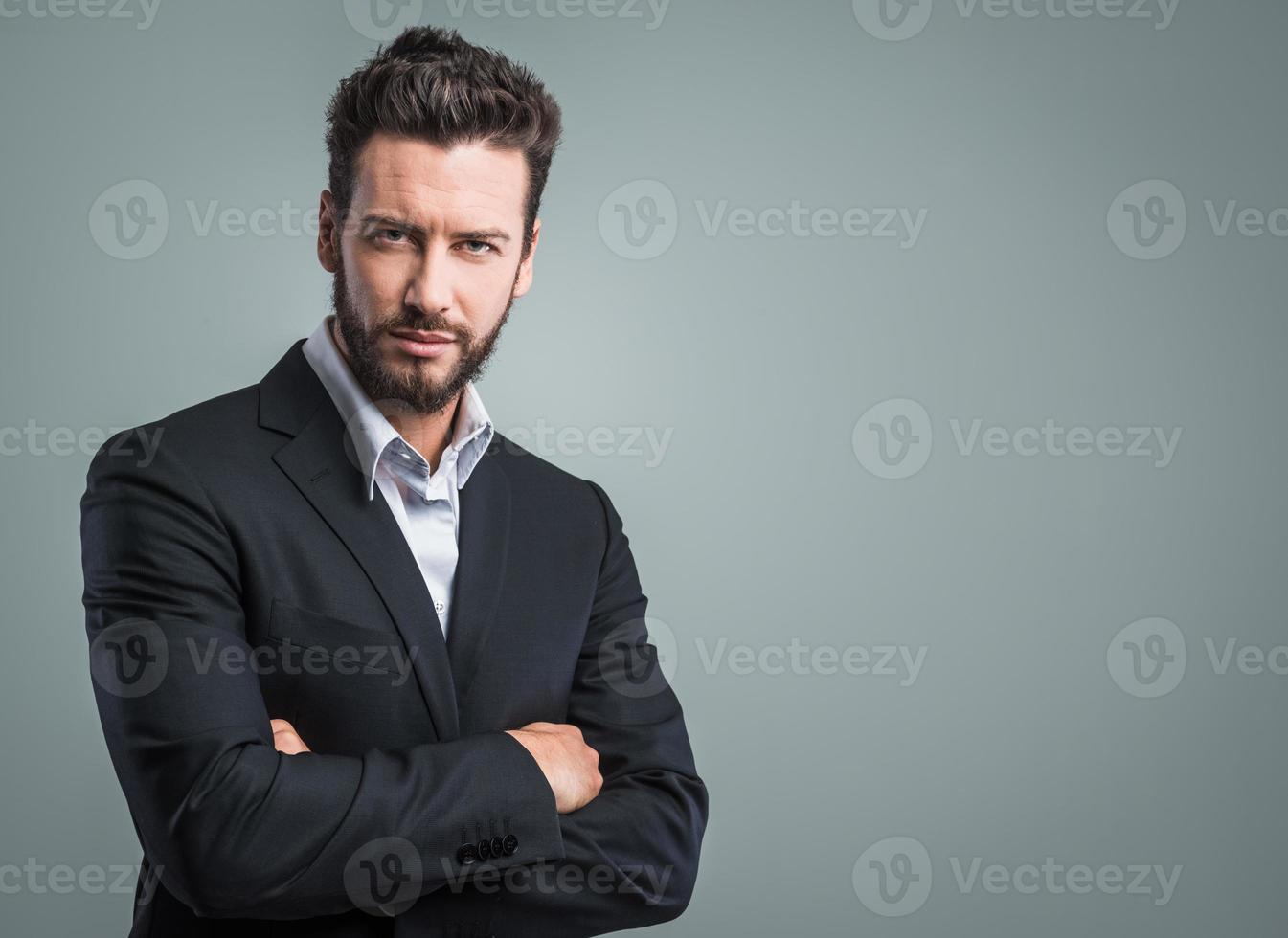 selbstbewusster junger Geschäftsmann posiert foto