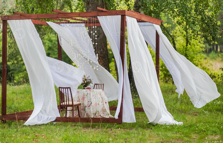 Pavillon im Freien mit weißen Vorhängen. Hochzeitsdekorationen. Kunstobjekt foto