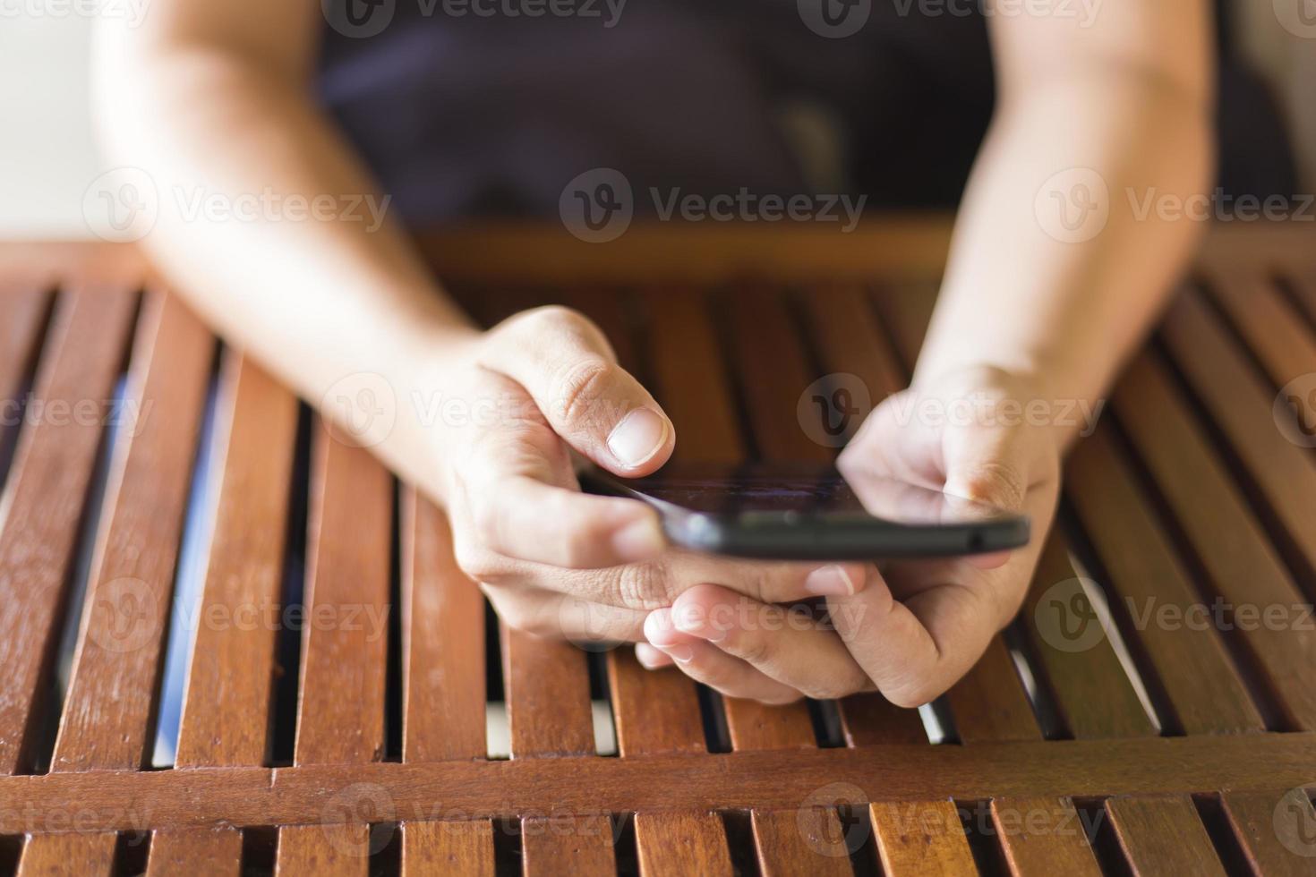 Frau, die das Smartphone für Geschäft im Café verwendet foto