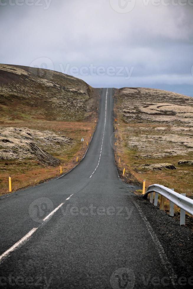 Autobahn durch Islandlandschaft am bewölkten Tag foto