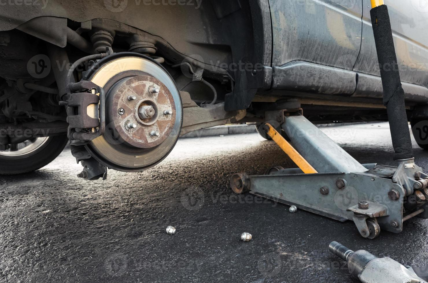 Der Wagenheber ersetzt das Rad eines Autos und hält die Karosserie foto