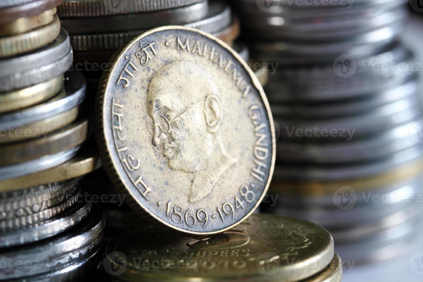alte grungy indische Währungsmünze mit Gandhi foto