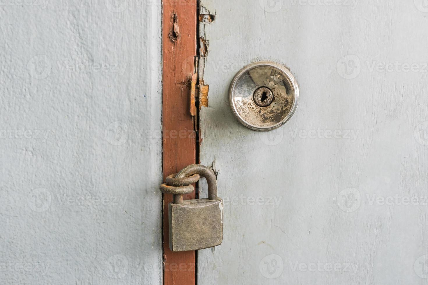 altes Vorhängeschloss an einer Tür foto