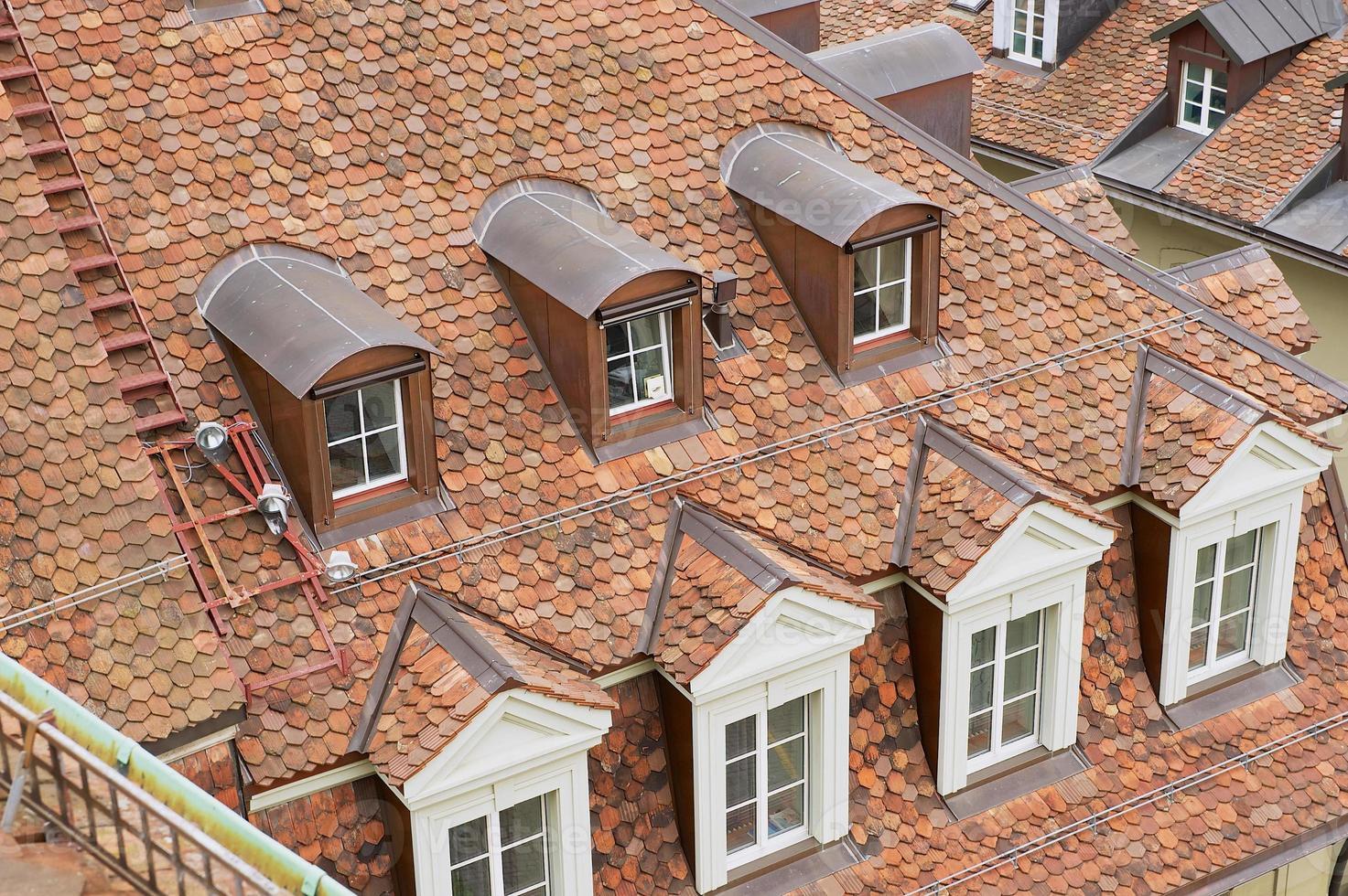 traditionelles Ziegeldach mit Fenstern in Bern, Schweiz. foto