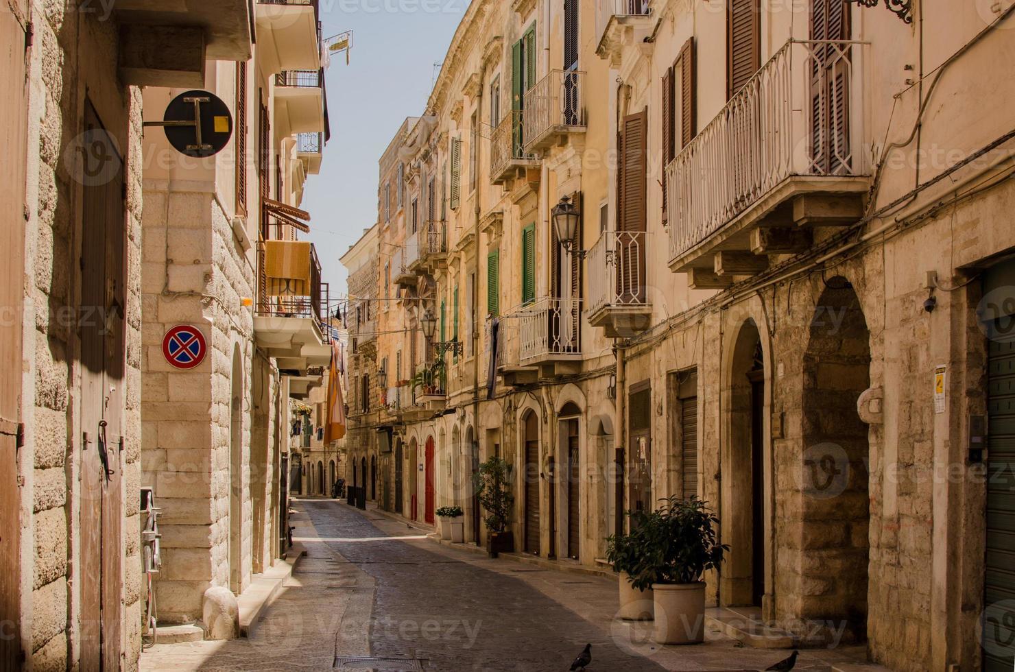 mittelalterliche italienische Straße in Trani foto