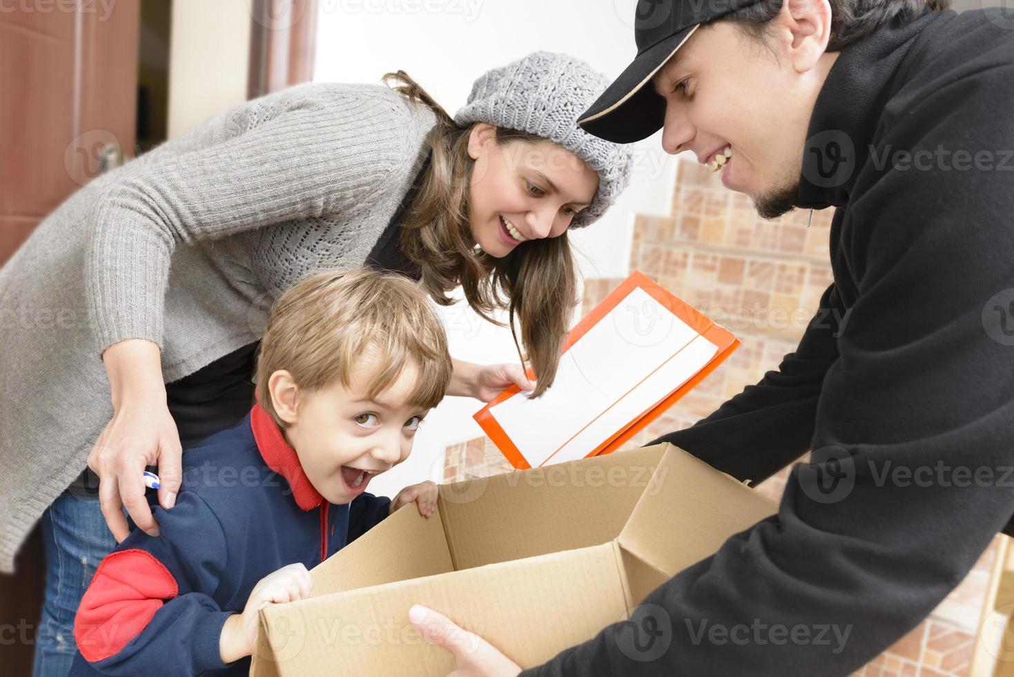 Kurier liefert ein Paket foto