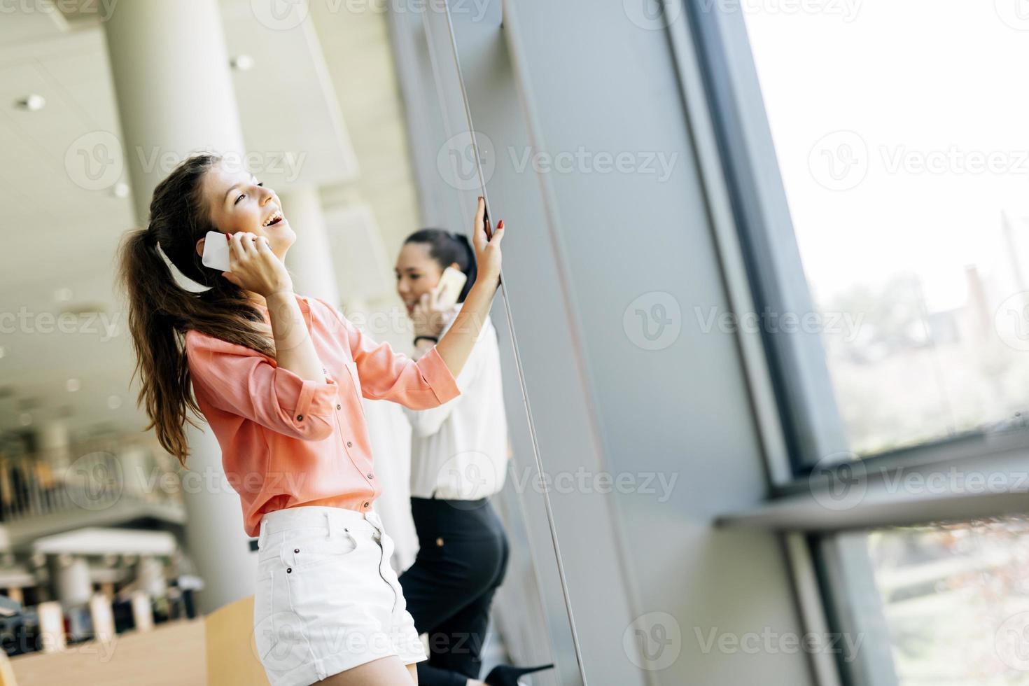 schöne Frauen, die in der Pause telefonieren und reden foto