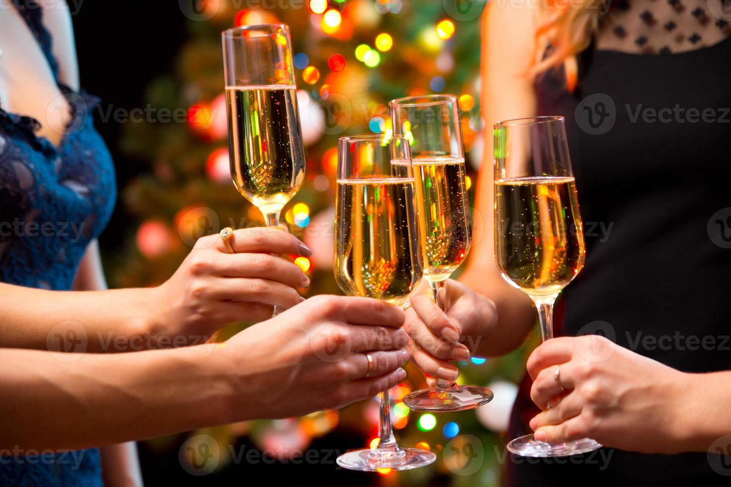 Frauenhände mit Kristallgläsern Champagner foto