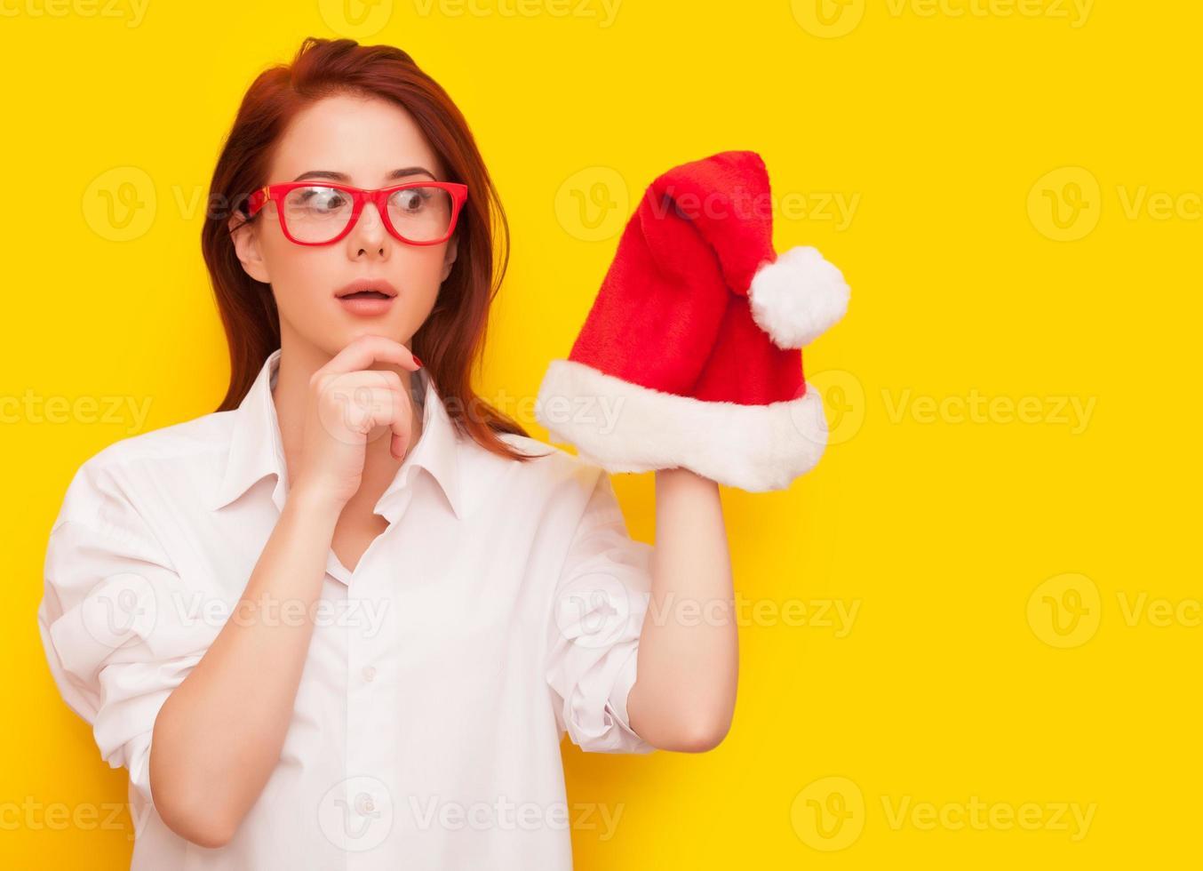 Frau mit Weihnachtsmannhut foto